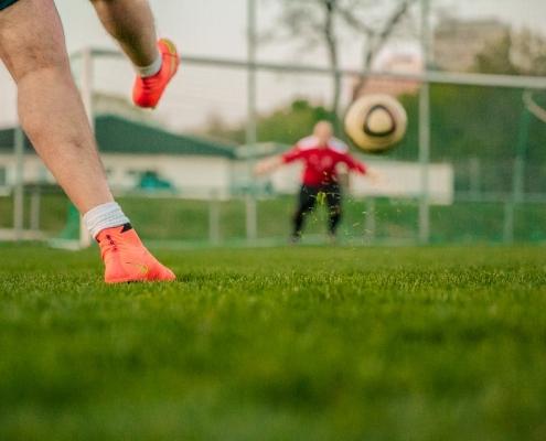 Fußballer, der auf Tor schießt
